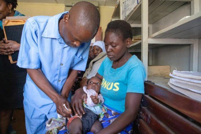 Campaña de vacinación contra a malaria dentro do programa piloto desenvolvido pola OMS. Foto: WHO.