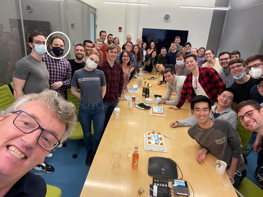 Imaxe compartida en Twitter por David MacMillan, con David Fernández (segundo pola esquerda, con máscara escura, rodeado cun círculo branco), despois do anuncio do Nobel de Química.