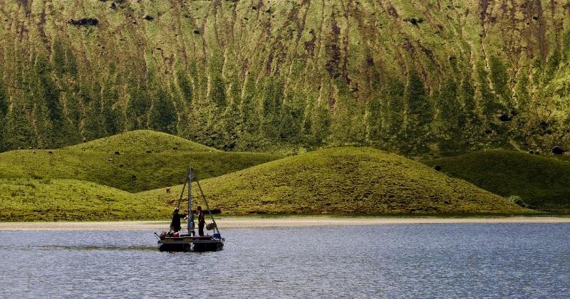 Toma de mostras de sedimentos nun lago das illas Azores. Foto: Santiago Giralt (GEO3BCN-CSIC).